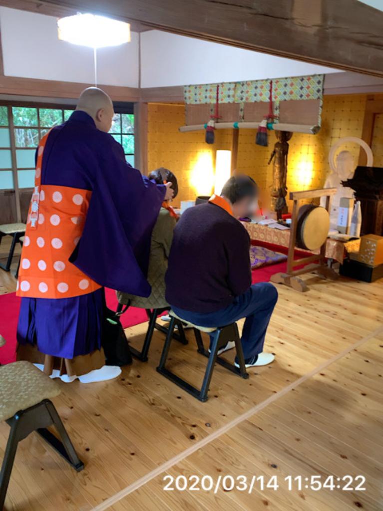 戒名を授かる剃髪儀式